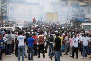 Gabon:20 ans en arrière. du partis unique au multiples partis .et de nouveau au partis unique.(1990-2012) dans politique 382953_des-militants-de-l-union-nationale-a-libreville-le-15-aout-2012-300x200